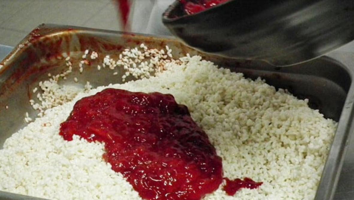 trộn gạo nếp với thịt gấc